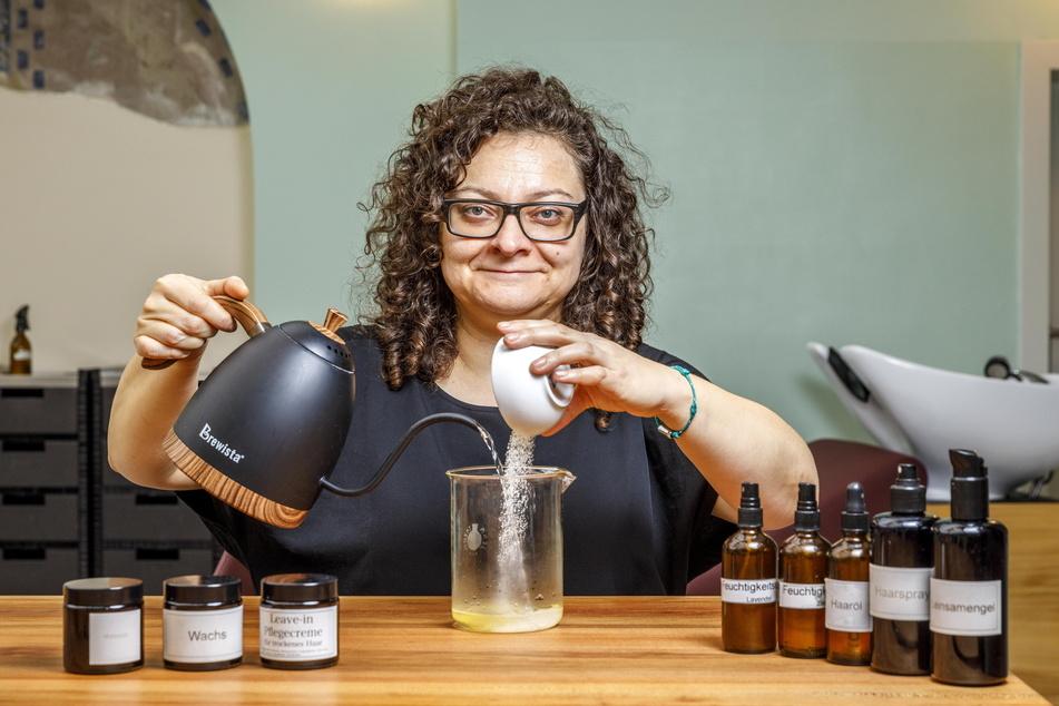 Friseurmeisterin Juliette Beke (40) produziert nahezu keinen Müll. Auch Haarspray mischt sie sich aus Bio-Rübenzucker und Wasser selbst an.