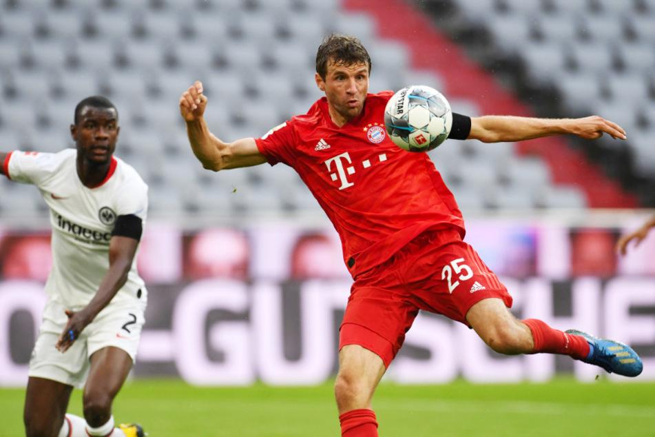 Wenige Augenblicke später schlägt es im Kasten der Eintracht ein: Thomas Müller (r.) trifft mit seinem Schuss zum 2:0 für die Bayern.