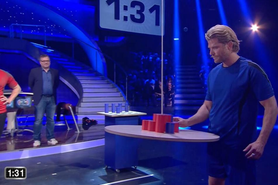 Paul Janke legt im entscheidenden 15. Spiel einen Stein auf eine bewegliche Scheibe.
