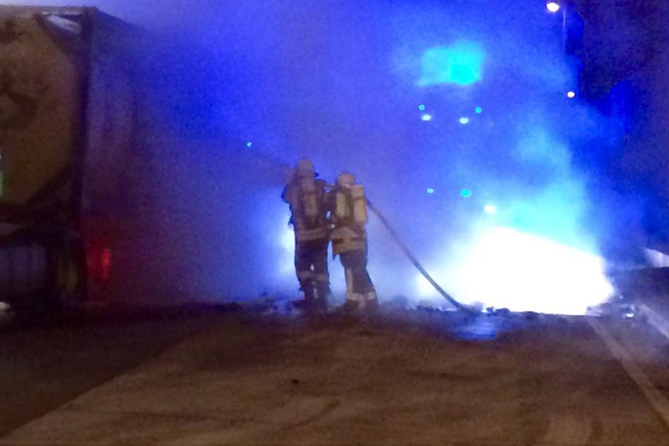 Die Feuerwehr musste die brennenden Reifen löschen. (Symbolbild)