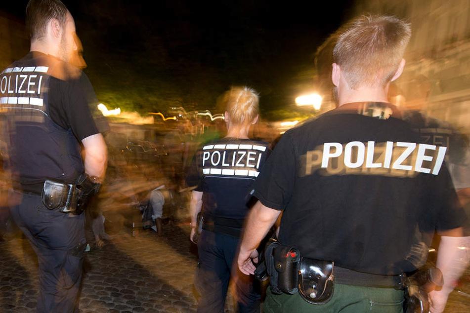 Die Polizei konnte vier der mutmaßlichen Grapscher aufgreifen und ihnen Schlagring, Schraubenzieher und ein Taschenmesser abnehmen. (Symbolbild).