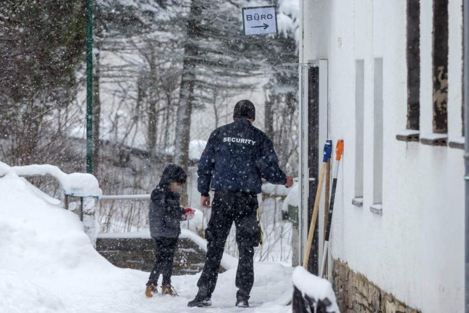 Ein Wachmann rief den Notarzt zum Asylbewerberheim in Walthersdorf.