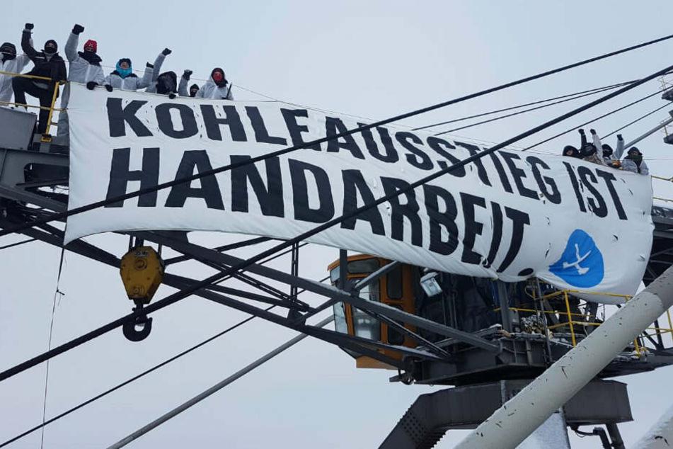 Aktivisten besetzten Riesenbaggern im Tagebau für einen schnellen Ausstieg.