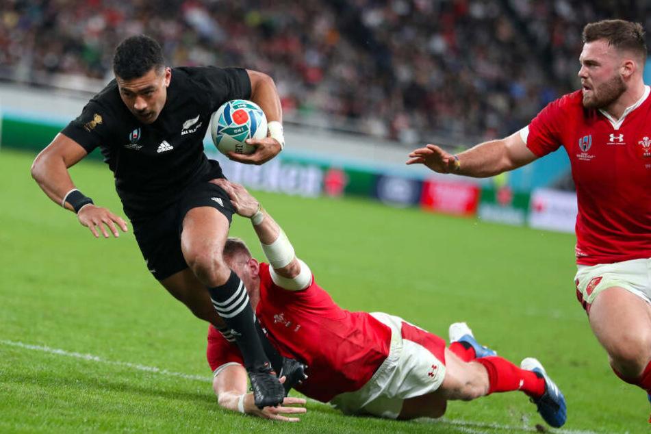 Der Neuseeländer Richie Mo'unga (l.) kämpfte im November 2019 in Tokio beim WM-Spiel gegen Kontrahenten aus Wales.