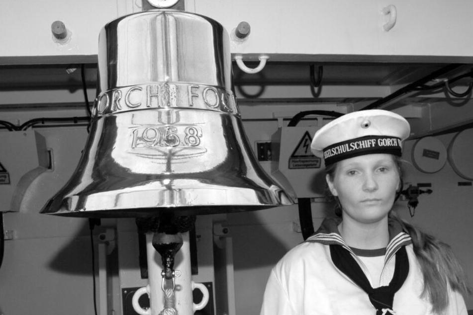 """Kurz vor der Abreise am 28. August 2008 ließ sich Jenny Böken an der Schiffsglocke der """"Gorch Fock"""" fotografieren. Wenige Tage später war die Kadettin tot."""
