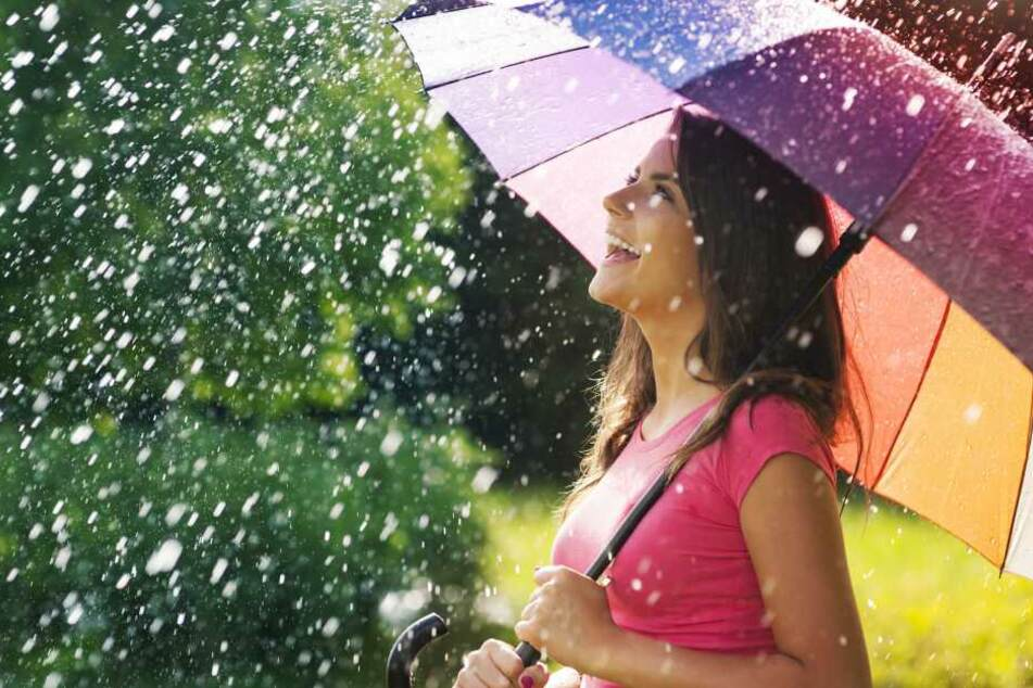 Achtung, in NRW bleibt es wechselhaft. Ein Regenschirm gehört in die Tasche.