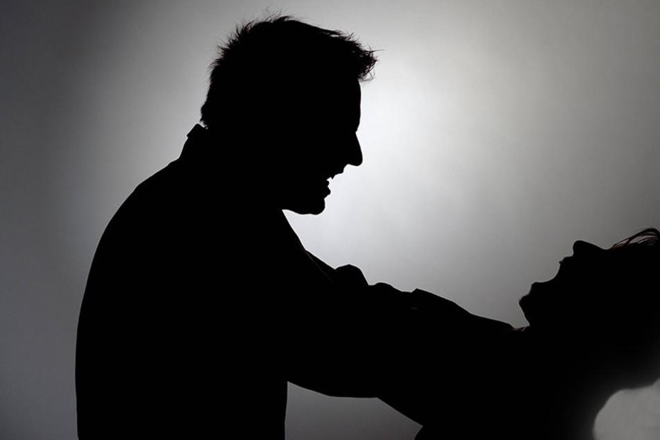 Männer würgen Behinderten fast zu Tode