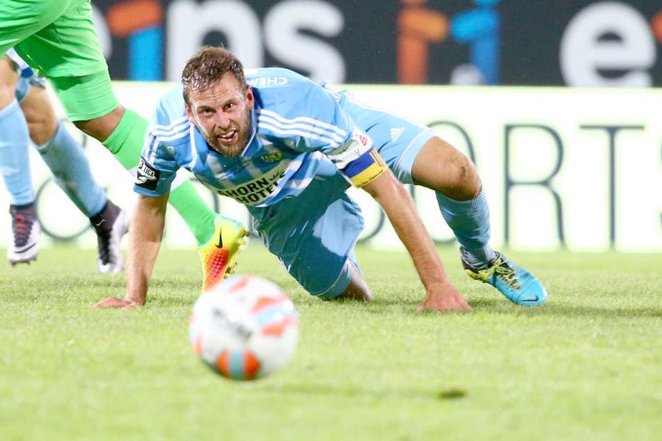 Marc Endres hat den Ball im Blick - und die himmelblaue Mängelliste.