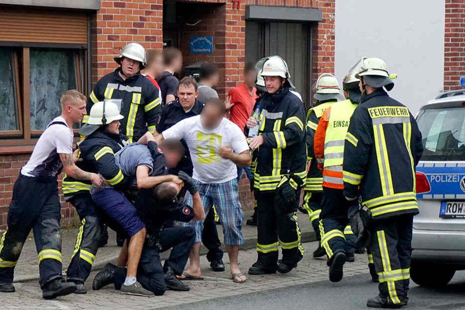 Die Männer behinderten nach einem tödlichen Unfall die Arbeit der Rettungskräfte.