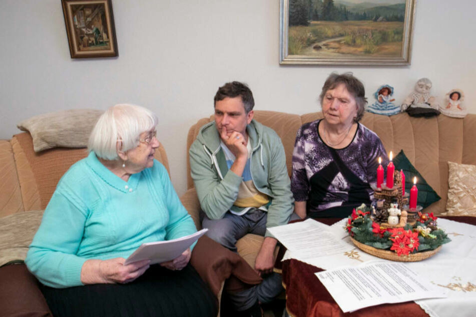 Setzt sich für die Senioren ein: Grünen-Politiker Thomas Löser (47), flankiert von den Hausbewohnerinnen Helga Treichel und Brigitte Aldus (86).