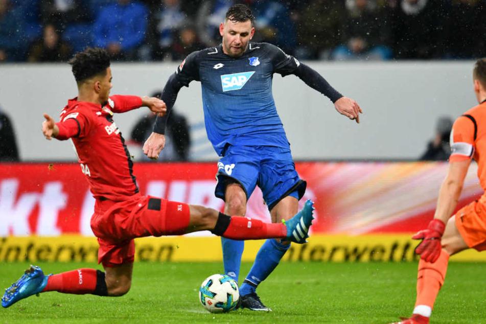 TSG-Mann Adam Szalai (Mitte) schießt an Leverkusens Benjamin Henrichs (links) und Torwart Bernd Leno (rechts) vorbei das 1:3 für Hoffenheim.