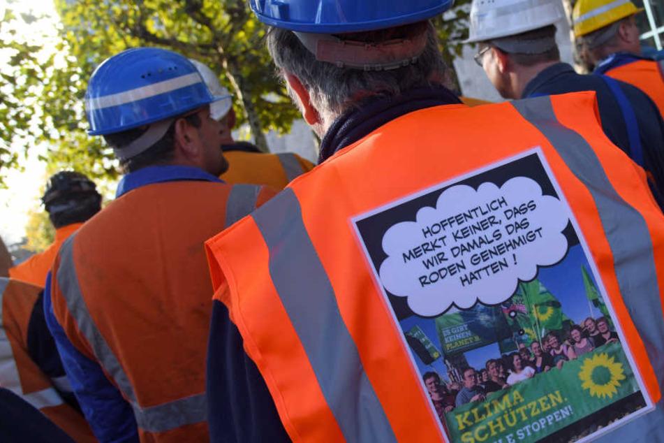 Ein RWE-Bergarbeiter demonstriert neben dem Landtag für den Erhalt seines Arbeitsplatzes.