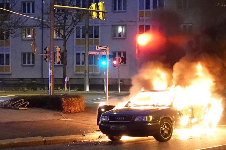 Als die Feuerwehr eintraf, stand der Audi lichterloh in Flammen.