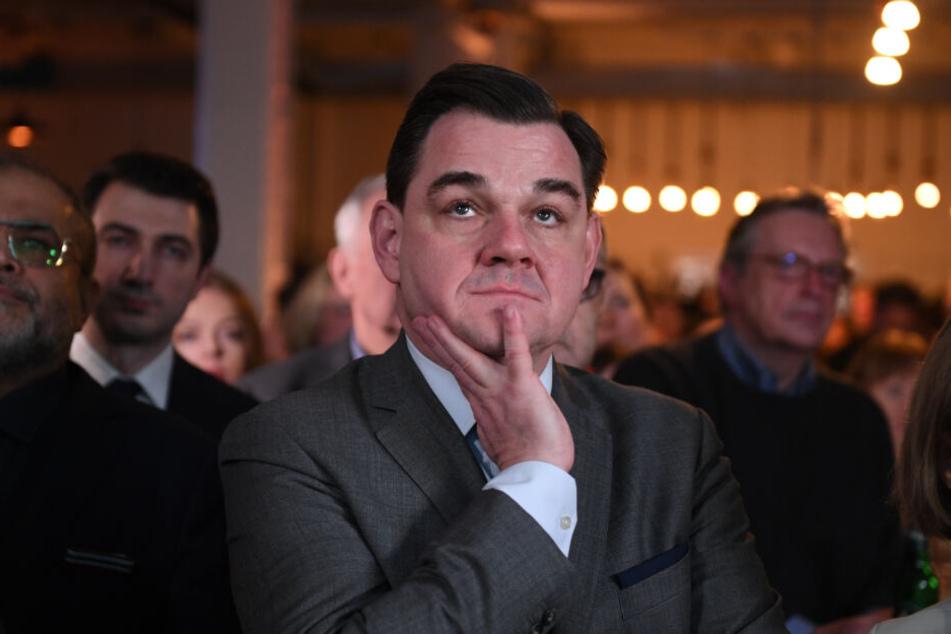 Marcus Weinberg, CDU-Spitzenkandidat, verfolgt die Hochrechnungen.