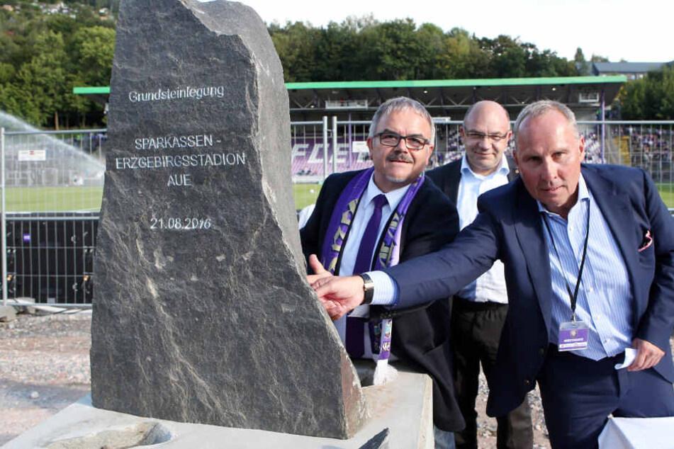 Die feierliche Grundsteinlegung für die neue  Haupttribüne: (v.l.) Landrat Frank Vogel, Ronny Erfurt, GF Arg  Stadion und Präsident Helge Leonhardt.
