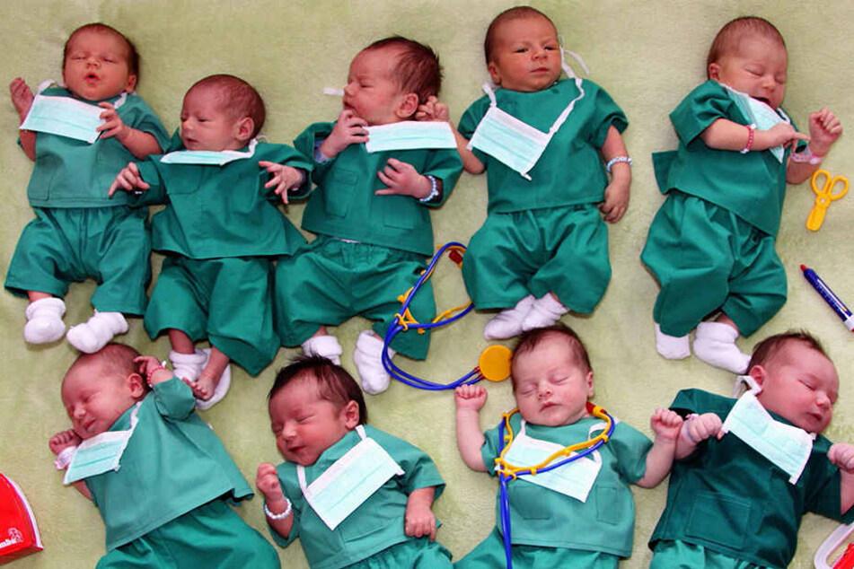 Schnuckelige Anzeige: Diese Babys werben für eine Kinderarzt-Stelle in der Pleißental-Klinik.