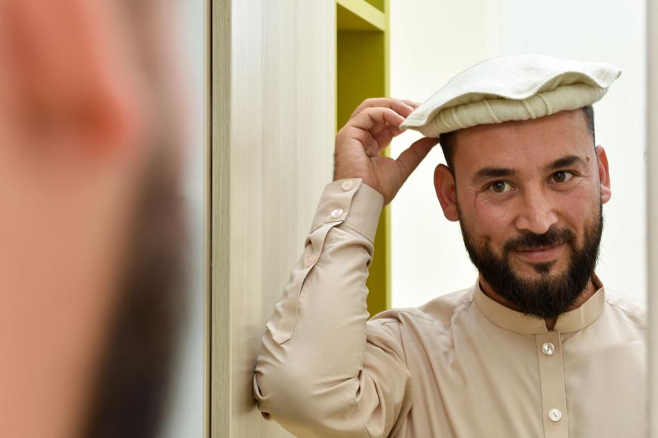 Sabawoon Afzali (27) in traditioneller Kleidung und Kopfbedeckung, mit der die afghanischen Studenten auch zum Freitagsgebet in die Chemnitzer Moschee gehen.
