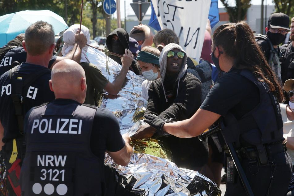 Nach Blockade von Shell-Raffinerie bei Köln: Sechs Aktivisten kurz in Gewahrsam