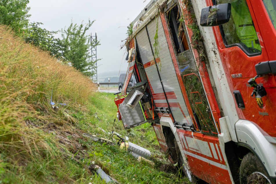 Das verunglückte Feuerwehrauto steht im Graben.