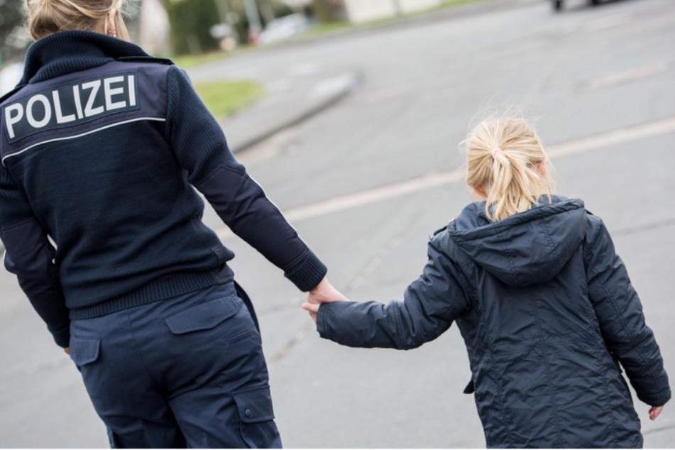 Mädchen (2) fährt ganz allein Zug: Mutter erlebt Horror-Moment