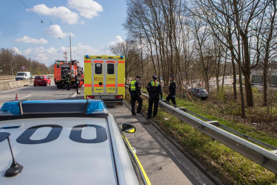 Einsatzkräfte stehen an der Unfallstelle auf der A23.