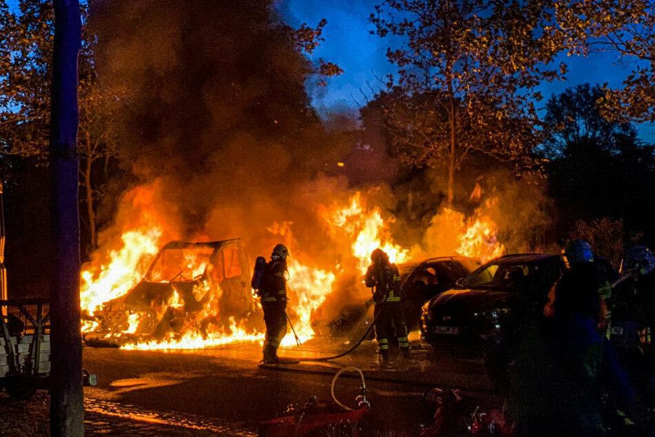 Erneute Brandnacht: Mehrere Autos und Lastwagen abgefackelt
