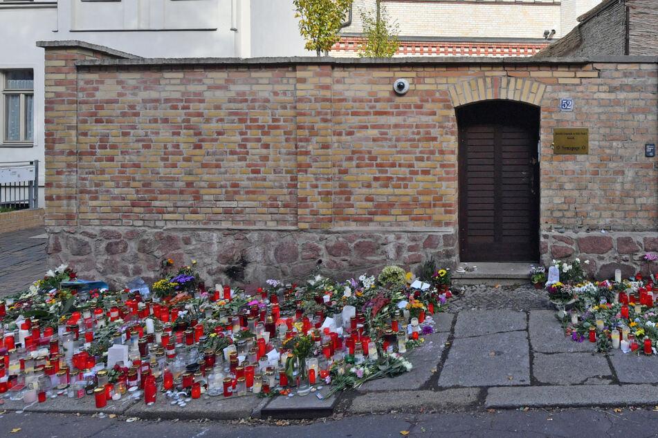 Ein Blumenmeer vor jener Tür, die im Oktober 2019 schlimmeres verhinderte. Am 9. Oktober hatte Stephan Balliet versucht, in die Synagoge in Halle einzudringen und ein Massaker anzurichten.