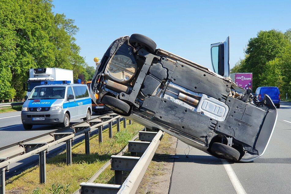 Dramatischer Unfall auf der A1: Auto landet auf Leitplanke