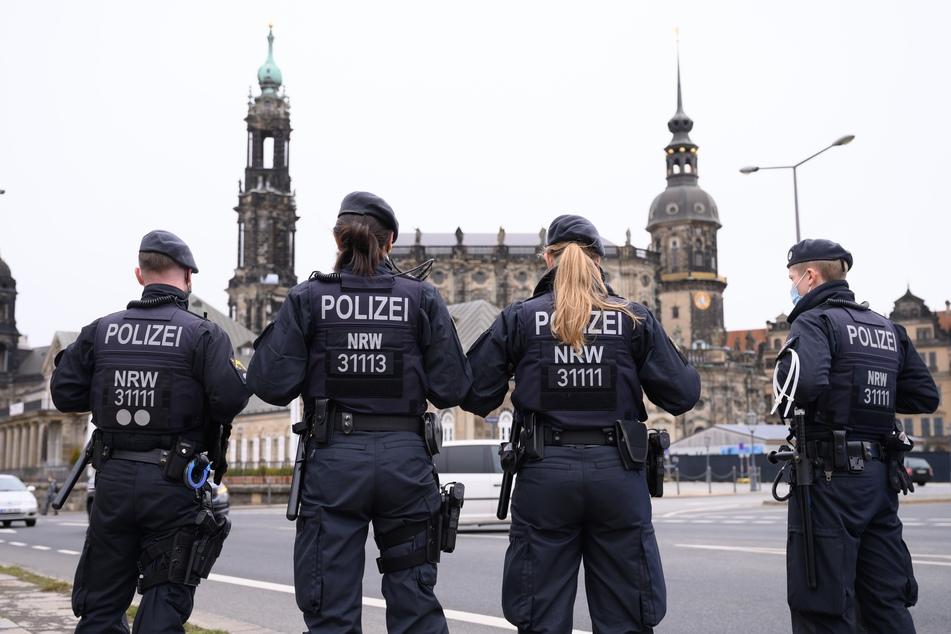 """Dieses Bild stammt von einer """"Querdenker""""-Demo aus dem März - doch auch Mitte Juni ziehen die Corona-Leugner immer noch regelmäßig durch Dresden."""