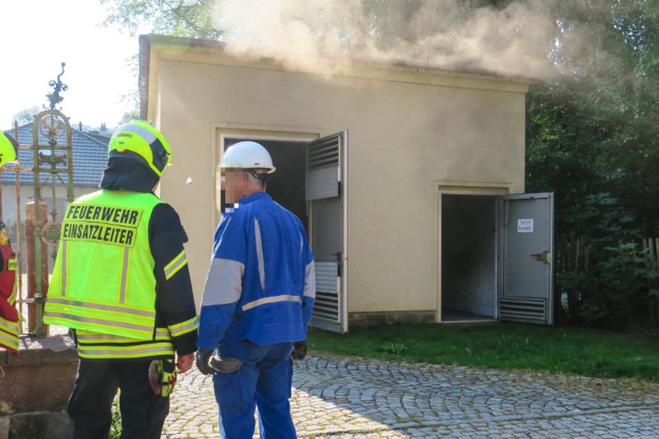 Am Sonntagmorgen quoll Rauch aus dem Trafohaus in der Rudolf-Weber-Straße in Lößnitz. Es kam zum Stromausfall in der Stadt.