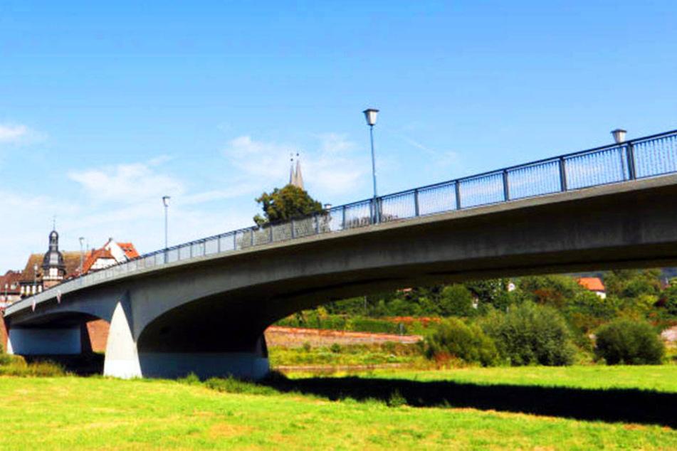 Die Weserbrücke ist eine wichtige Verbindungsstraße zwischen Beverungen und Lauenförde.