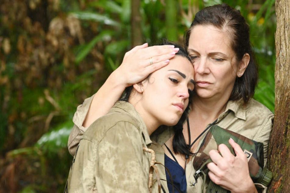 """Ungewohnter Anblick vor der Dchungelprüfung """"Verlies Navidad"""": Elena (l.) geht am Stock und wird von Danni getröstet."""