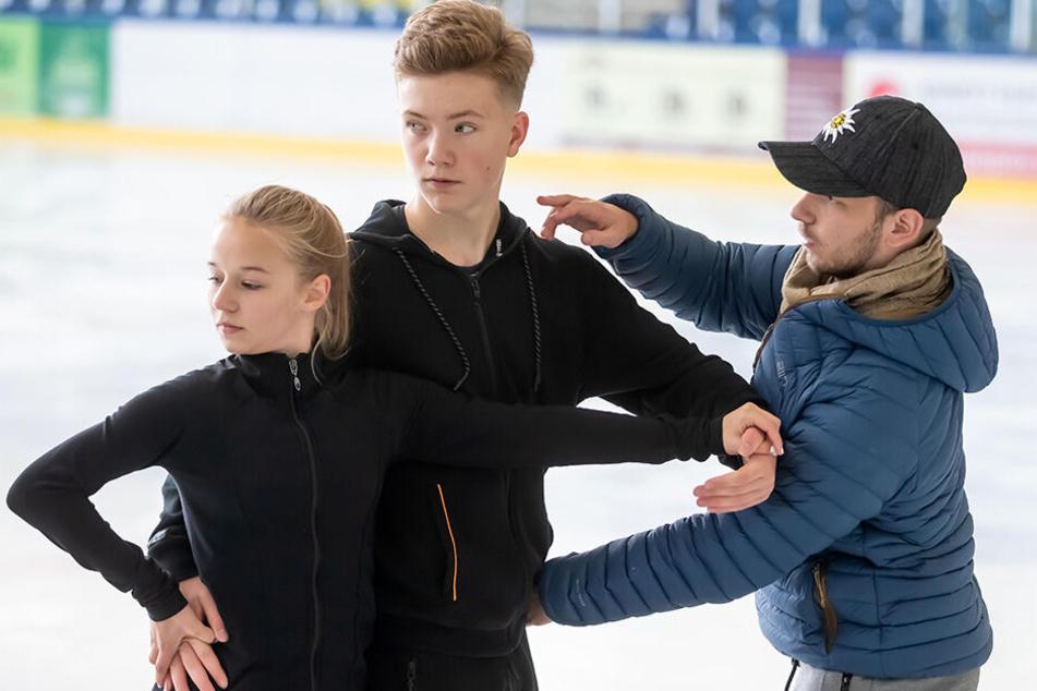 Volle Konzentration: Trainer Hendrik Hilpert (24, l.) korrigiert die Haltung von Piero (13) und Emilie (14).