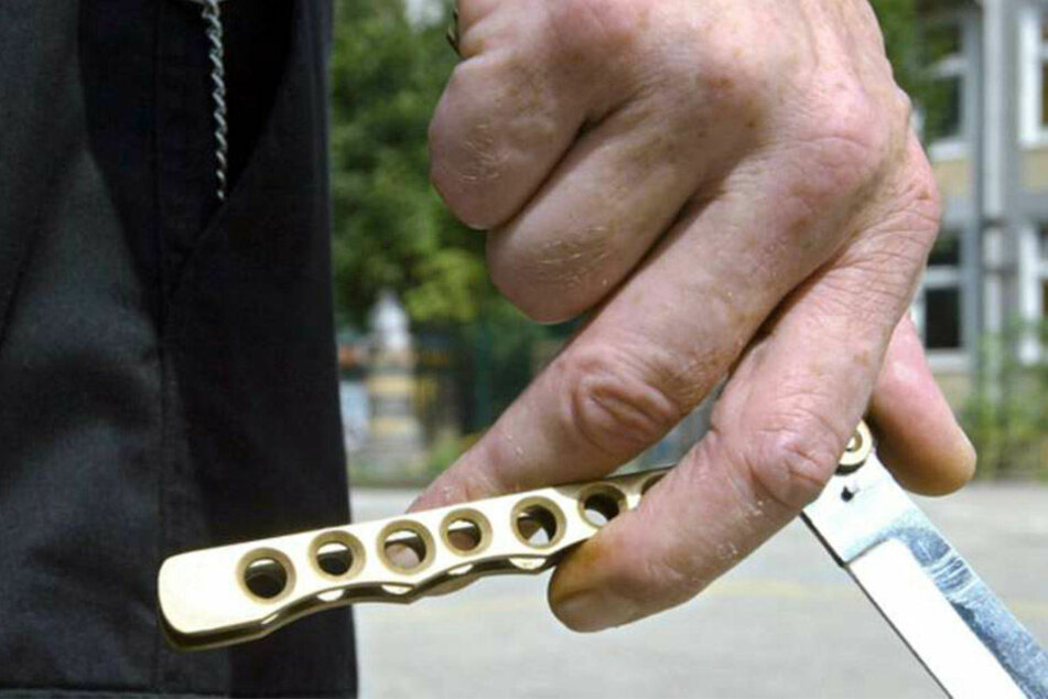Ein 54-Jähriger hat eine Frau auf einem Spielplatz mit einem Messer bedroht.