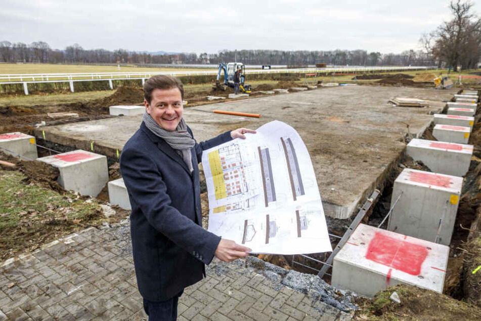 Matteo Böhme (37) zeigt auf der Baustelle der Galopp-Lounge den Fassaden-Entwurf.