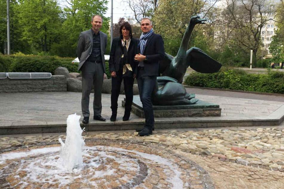"""Thomas Kretzschmar, Beate Mai und Andreas Wardemann von der """"Jackpot GmbH"""" haben am Freitagmorgen den Schwanenbrunnen feierlich in Betrieb genommen."""