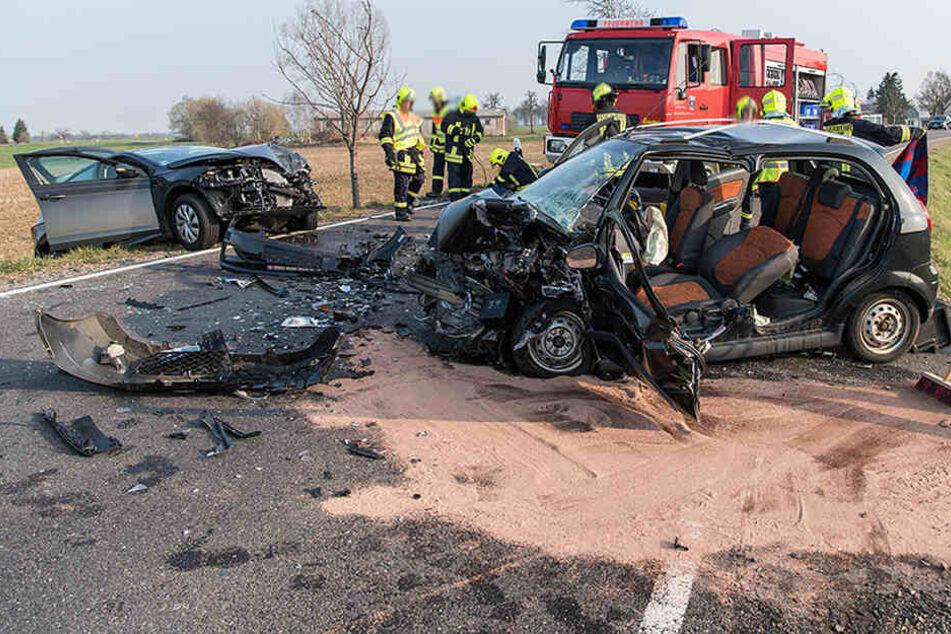 Vier Verletzte bei heftigem Frontal-Crash auf Bundesstraße