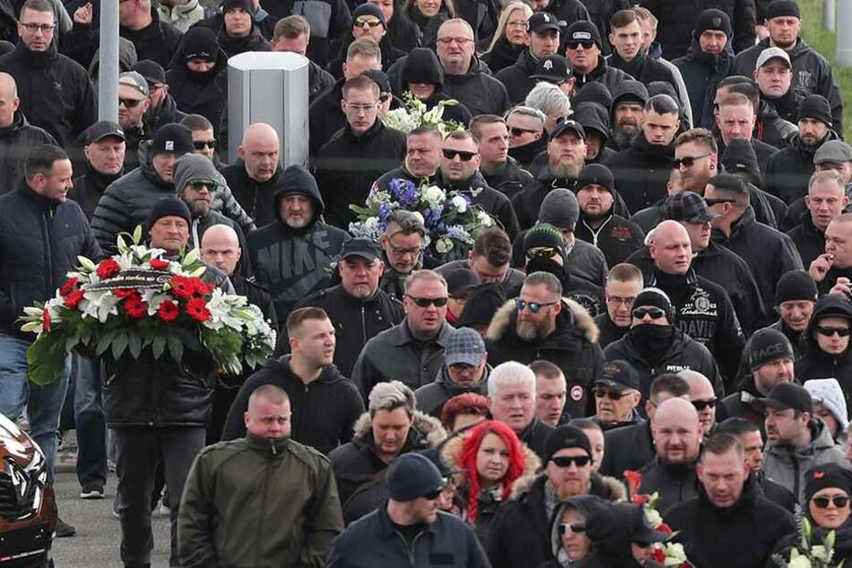 Rund 1000 Teilnehmer, darunter viele Rechte und Hooligans, kamen zur Beisetzung von Thomas Haller († 53).