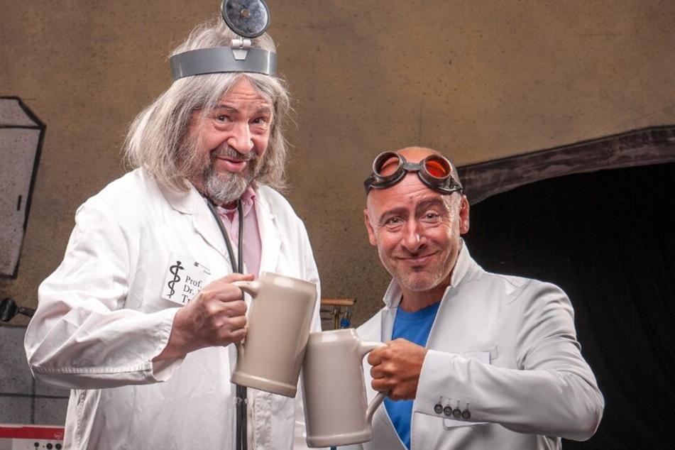 """""""Prof. Trinkmann"""" alias Dieter Beckert und sein Kollege """"Dipl. med Frankenstein"""" alias Peter Till sind sich in der Dinnershow einig: """"Bloß nicht dehydrieren! Feucht muss eine Leber sein."""""""