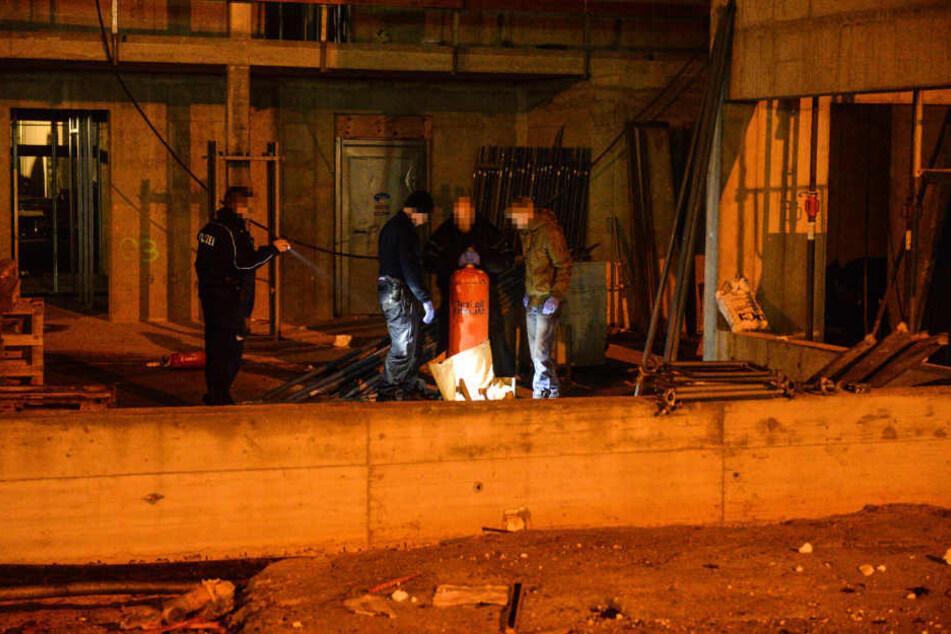 Als aus einer Gasflasche Gas zischte, warfen die Teenager ein brennendes Stück Papier in Richtung der Polizisten.