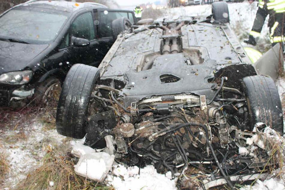 Beide Autos flogen von der Autobahn und landeten im Straßengraben.