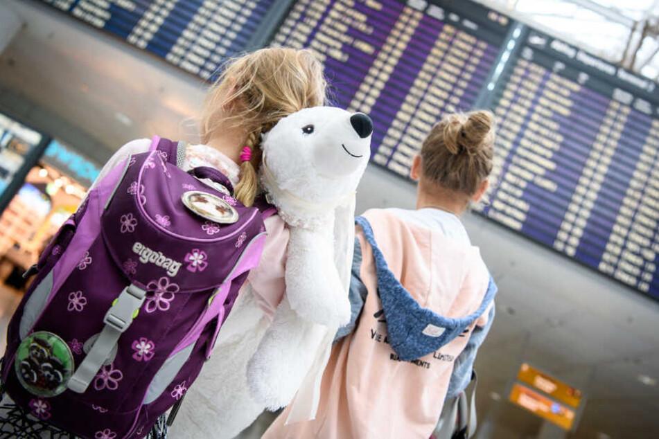 Eltern schulpflichtiger Kinder müssen mit einer Anzeige rechnen, wenn sie ohne Erlaubnis früher in die Ferien starten wollen. (Symbolbild)
