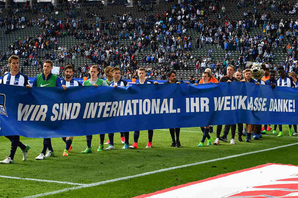 """Schöner Dank der Spieler an die Fans nach dem Spiel gegen Leverkusen am 34. Spieltag:  """"Wir sind international. Ihr Weltklasse. Danke!"""""""