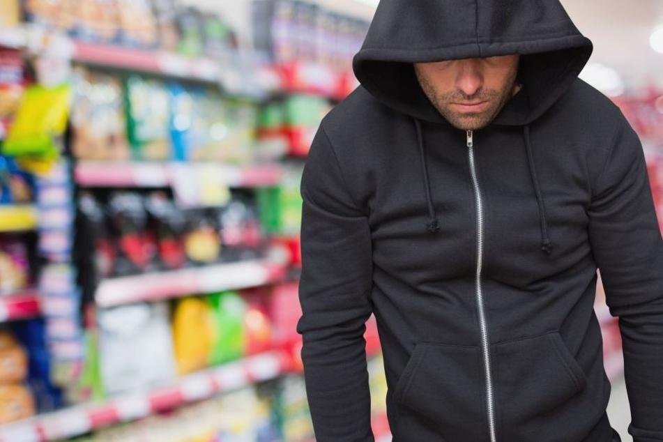 Polizisten kam das Verhalten des Mannes verdächtig vor. Darum verfolgten sie ihn in den Supermarkt. (Symbolbild)