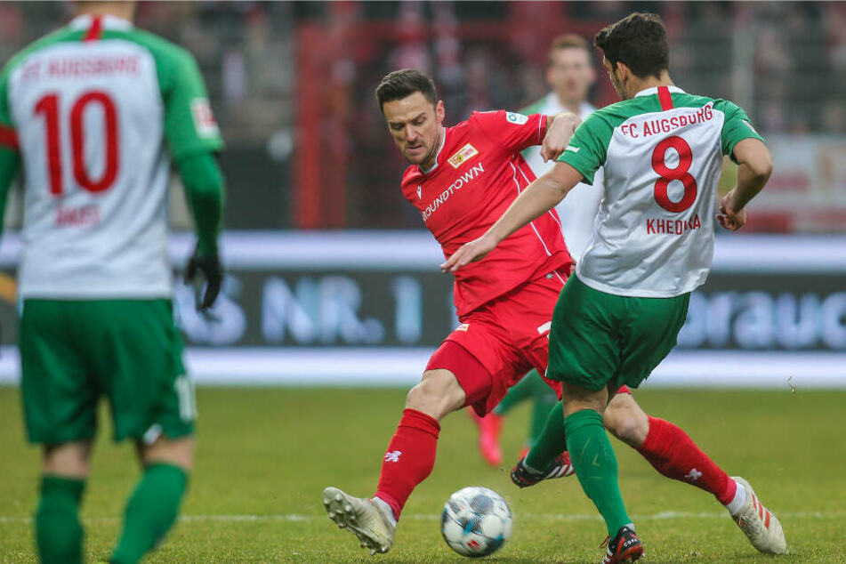 Berlins Christian Gentner (l) kämpft gegen Rani Khedira von FC Augsburg um den Ball.