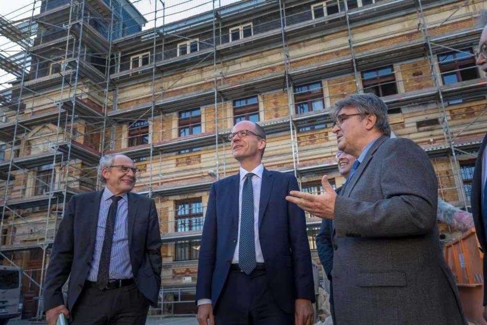 Der sächsische Finanzminister Matthias Haß (51, CDU, Mitte) lässt sich von Peter Voigt (r.), Leiter des Staatsbetriebs Sächsische Immobilien- und Baumanagement in Chemnitz, die Planungen und das Gelände erklären.