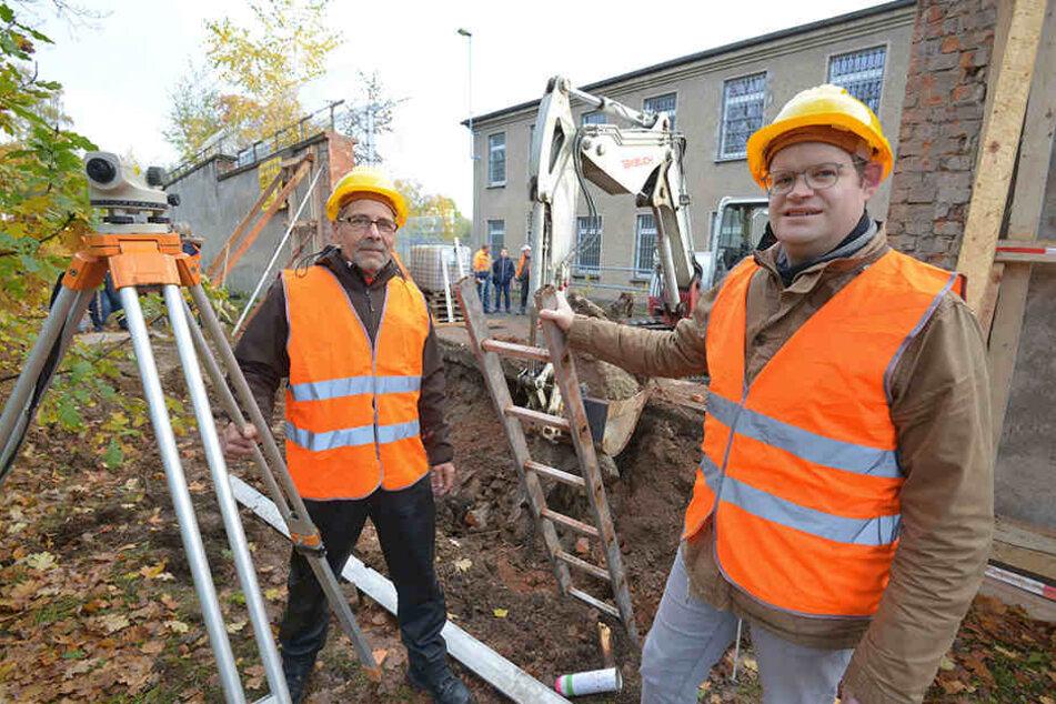 Chris Bürger (60) und Jürgen Renz (42, F.v.l.) freuen sich über den Baubeginn  für die Gedenkstätte Kaßberg-Gefängnis.