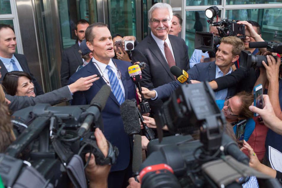 Die Anwälte von US-Sängerin Taylor Swift verlassen nach der Verhandlung das Gerichtsgebäude und äußern sich vor der Presse.