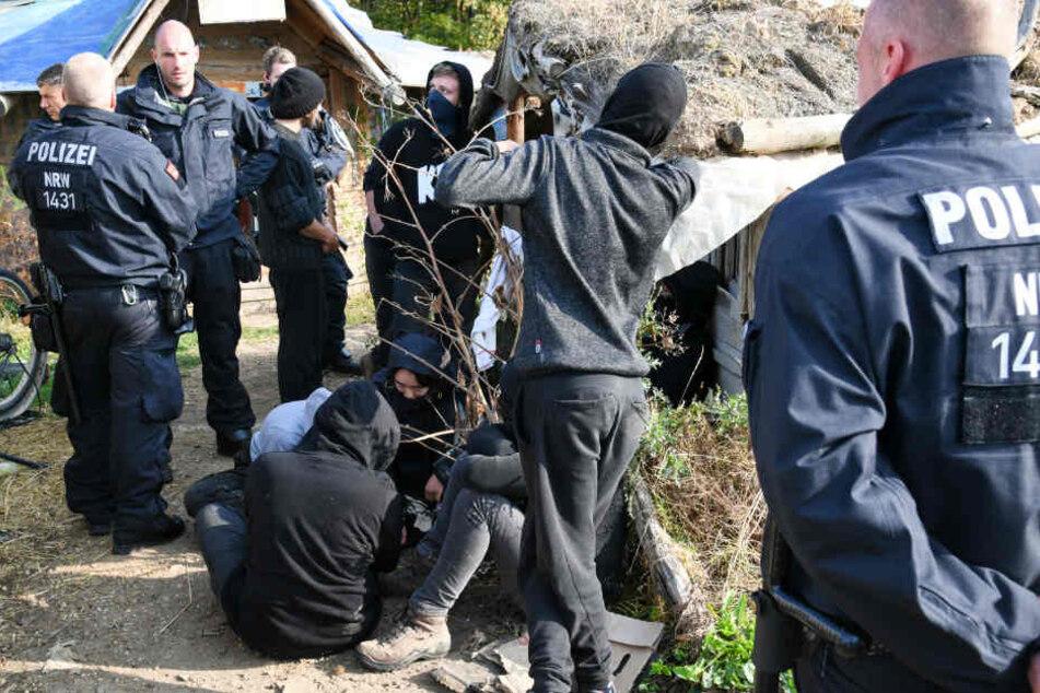 Die Polizei hatte am Dienstag ein Aktivisten-Camp am Hambacher Forst durchforstet.