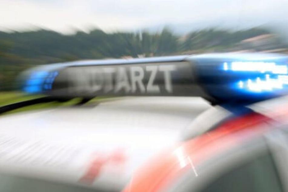Rettungskräfte brachten den schwerverletzten 22-Jährigen in ein Krankenhaus. (Symbolbild)